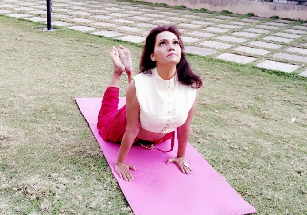 Yoga business coach performing yoga at shwet yoga classes in thane