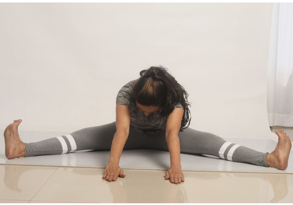 Shwet yoga classes and courses in thane, a woman performing bhunamasan